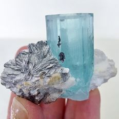 Crystal aquamarine in its matrix of mica var. muscovite - 5.20 x 6.1 x 5.50 cm - 144.30 g