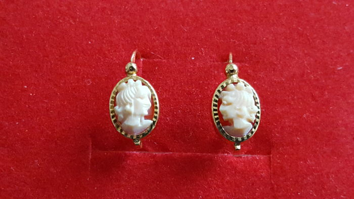 Women's cameo earring in 18 kt yellow gold; Length: 1.5 cm