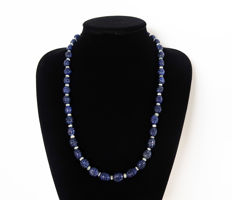 Necklace made up of engraved sapphires and polished fluorite - 330 ct - Total length: 64 cm