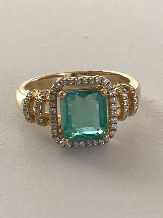 Ring in 14 kt gold with 1.75 ct emerald and diamonds totalling 0.38 ct