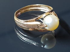 18 kt ring, snakes hold a rotatable Akoya pearl