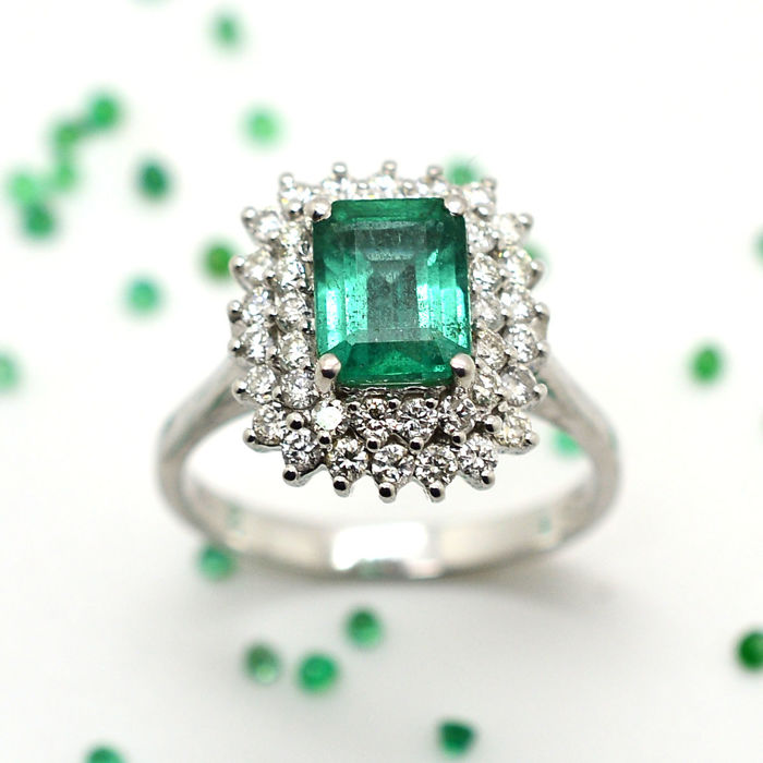 Ring in 18kt gold with emerald and brilliant cut rings, for a total of 2.30 ct - size 15/55.