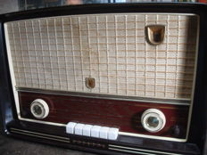 Philips buizenradio Type BX453A uit 1955