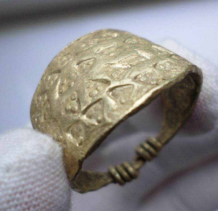 Early Medieval viking gold ring with pelletted triangles - 26 mm