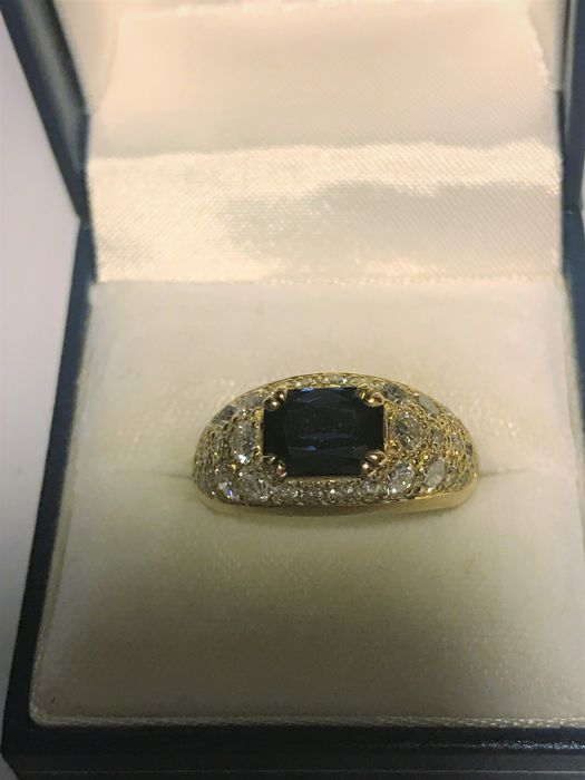 Yellow gold ring set with 38 diamonds and a sapphire> 2 ct **from 1985** Weight: 7.20 g