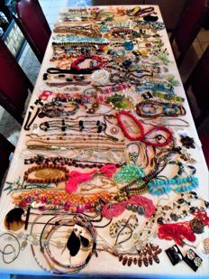 Large lot with jewellery, 315 pieces, short and long necklaces, brooches and earrings