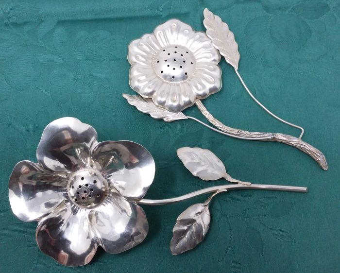 Two Flower-Shaped Silver Powder Shakers Florence (Italy), 1950s