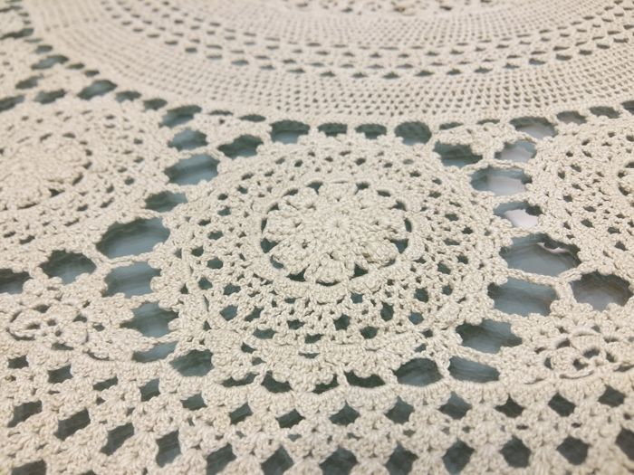 Round tablecloth in pure cotton with crochet embroidery. Handmade. Diameter 155