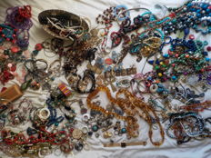 Jewellery collection from antique to modern over 620 pieces