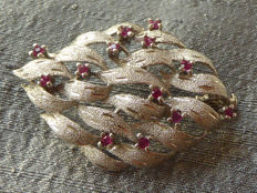 KRS: Smykker v/K.H.Pedersen, Copenhagen - Danish design - Leaf brooch with red stones in chaton setting - rhodium-plated silver