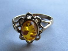 Gold ring with Baltic amber. Size: 16.75. NO RESERVE PRICE!