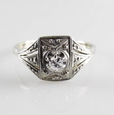 18 kt White gold Art Deco ring with a platinum crown set with a brilliant cut diamond of 0.05 ct