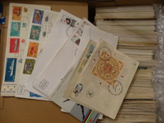 World - Box with First Day Covers (approx. 500 pieces), 4 albums with a batch of the Netherlands from classic to modern and a collection of Israel plus 3 year collections.