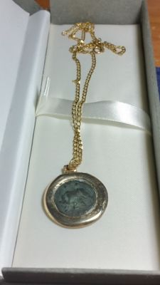 Ancient Rome – Emperor Constantine – Stunning 18 kt gold necklace, with rose gold pendant holding a Roman coin from the late Empire.