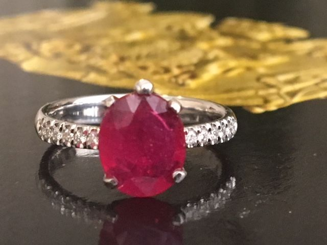 18 kt White gold women's entourage ring with an oval ruby of approx. 2.20 ct and diamonds of approx. 0.28 ct H/VS