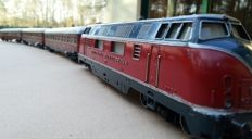 Märklin H0 - 3021/4024 - Express train from era III with diesel locomotive V200 of the DB and 3 red express train carriages