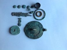 China - Lot consisting of 15 pseudo medals/pseudo money: 1 fish, 6 ring currency, 8 shield currency. Zhou, around 1122 B. C.– 256 B. C.