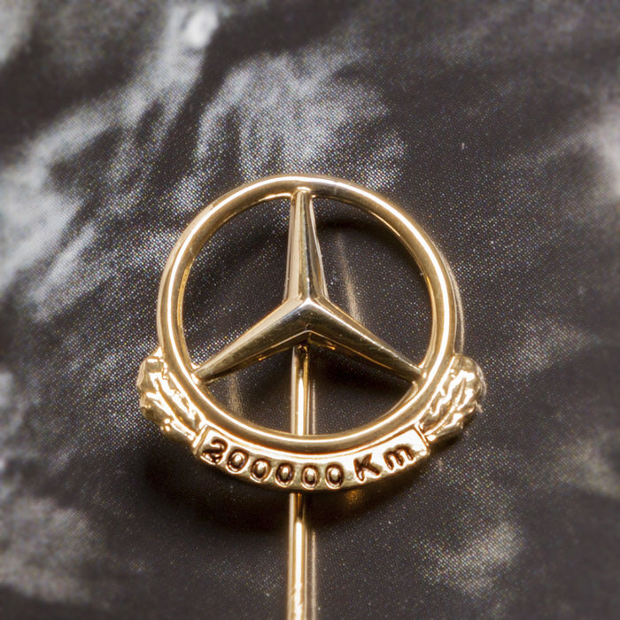 Polished 200.000 Km Pin Mercedes Benz Daimler c.1950-60 - Fan, Figure, Jewellery, Limited edition, Medal, Pin, Sign, Silver miniature (1) - .835 silver, Goldplate