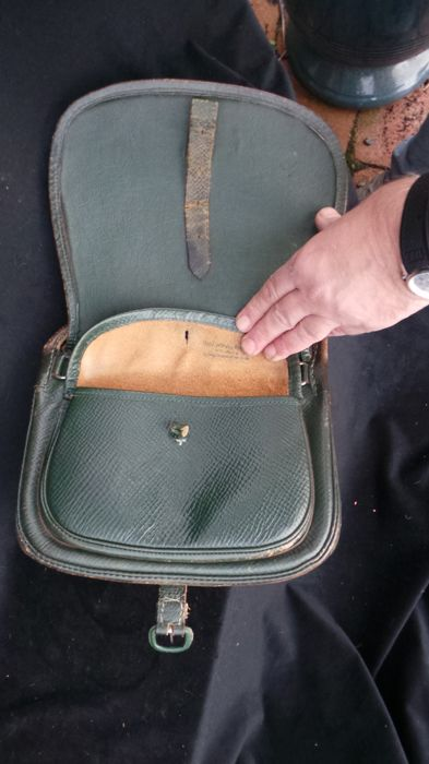 Magnificent small Green Leather game bag/cartridge bag/falconry bag from 1900-1910. A magnificent piece with 3 compartments. Falconry of saddle leather.