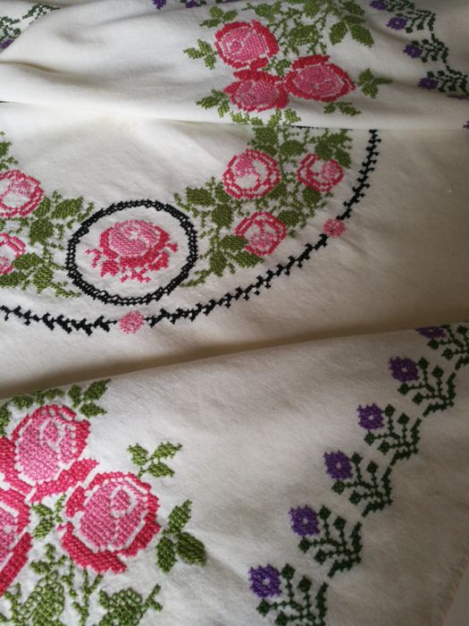 Mixed linen tablecloth with romantic roses - 143 x 114 cm