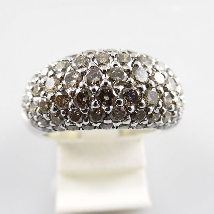 18 kt white gold band ring set with 79 light brown brilliant cut diamonds, total 3.35 ct - ring size 17.25 mm (54)