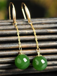 18 kt gold jade earrings 1.7 Grams total weight Size 4 cm length,jade size:7.5-8 mm