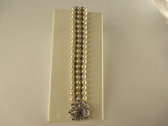 Bracelet in gold, pearls and blue sapphires