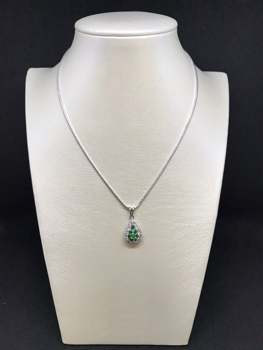 Necklace with pendant in 18 kt white gold, length: 50 cm. Brilliant cut G/VS diamonds (0.36 ct) and emeralds (0.40 ct).