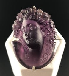 Large antique brooch from the end of the 19th century in sterling silver decorated with cameo glass imitating amethyst.