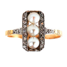 Deco ring featuring pearls framed by rose cut Diamonds in 18k Gold