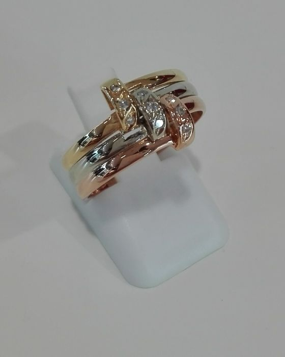 Ring in three-coloured 19.2 kt gold – Total weight: 4.41 g – 9 8x8-cut Diamonds, 0.06 ct – size 15/55 EU