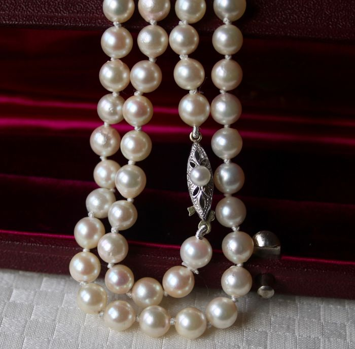 Antique (around 1930) Akoya necklace with genuine AA Japanse sea/salty pearls with an excellent luster enchanted by a 14Kt gold clasp.
