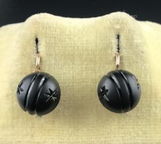 Stunning Pair of 18 kt Rose Gold Art Deco Sleeper Earrings Decorated with a Button of Sculpted Jet ** No Reserve Price **
