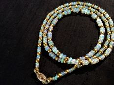 Necklace of Ethiopian Wello opal, 39 ct, on a 14 kt gold clasp, length 68 cm