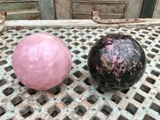 Polished Rose Quartz and Rhodonite spheres - 11.2 and 11.4 cm - 4.73 kg (2)