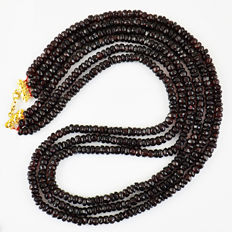 Garnet necklace with 18 kt (750/1000) gold Clasp, length 50cm