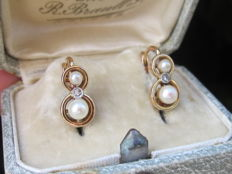 "18 kt yellow gold ""lever back"" earrings set with diamond rose and two cultured pearls 3 and 4.5 mm"
