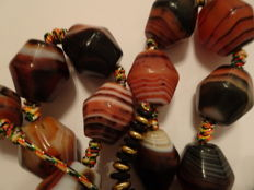 A lot of natural banded Agate Beads in form of a Necklace consisting of 24 exceptional , beautiful individual beads  - 720 mm