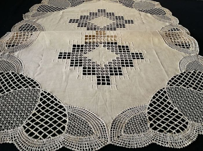 Ecru Linen Tablecloth With Lace, Italian Craftsmanship. 120 X 80 Cm