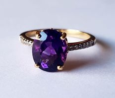 White gold ring with antique, colour-intense amethyst