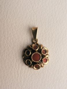 14 kt pendant with red coral - 1.8 cm wide - Indonesia