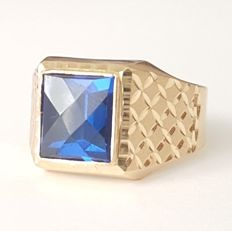 Ring of 18 kt gold with a Verneuil blue sapphire of 4 ct - Size: 20.4 mm, 24/64 (EU).