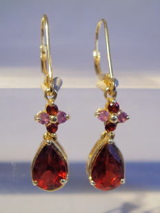 Golden 14 kt earrings with large faceted garnet drops and amethysts