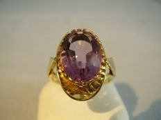 Gold signed goldsmith's ring with oval-faceted amethyst of 7 ct.