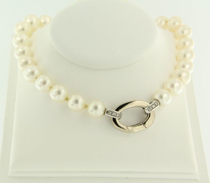 14 kt white gold clasp set with 12 brilliant cut diamonds on a pearl necklace, necklace length: 75 cm long
