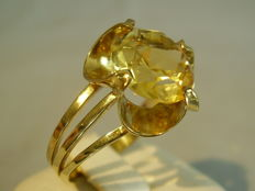 Signed golden ring with round faceted yellow gold citrine weighing 4 ct in a handmade setting