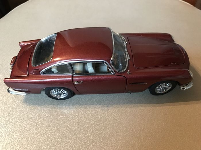 Danbury Mint's - Scale 1/24 - 2 x Aston Martin DB5