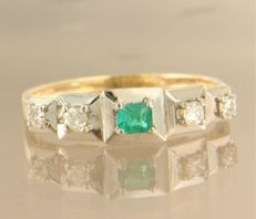 14 kt bi-colour gold ring set with a central carré cut emerald and 4 old European cut diamonds of in total approx. 0.26 carat