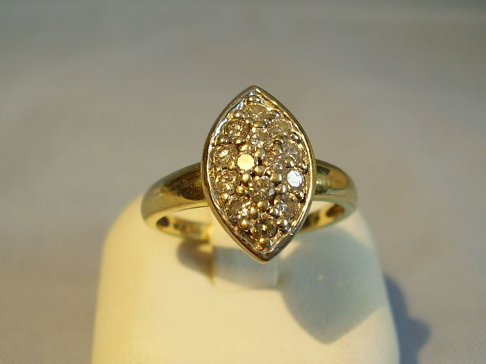 Antique 14 kt diamond rin in navette form with 14 diamonds totalling 0.48 ct
