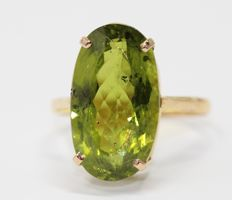 18 kt gold ring set with peridot of 9 ct, size 59